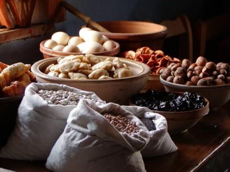Przygotowywanie jedzenia do wieczerzy w Muzeum Wsi Mazowieckiej w Sierpcu.